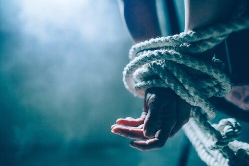 Mujer con manos atadas