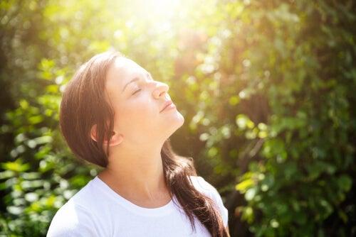 Mujer optimista con los ojos cerrados