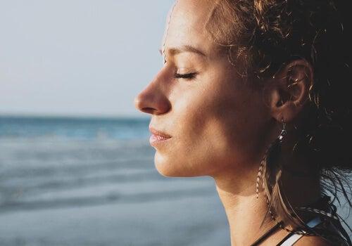 Mujer reflexionando para fortalecer su inteligencia emocional
