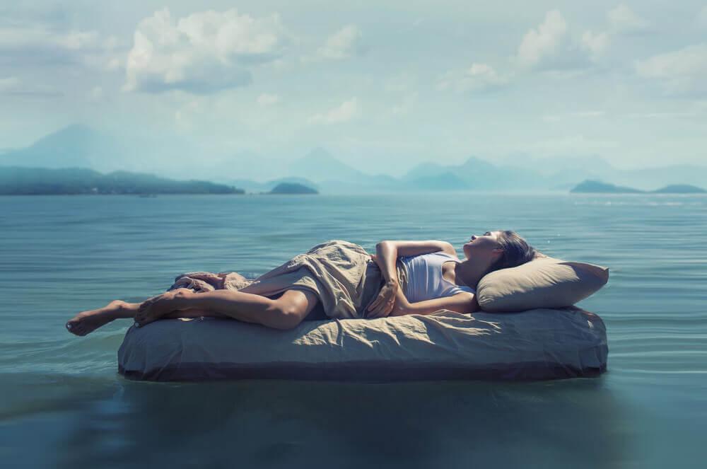 Mujer tumbada controlando sus sueños