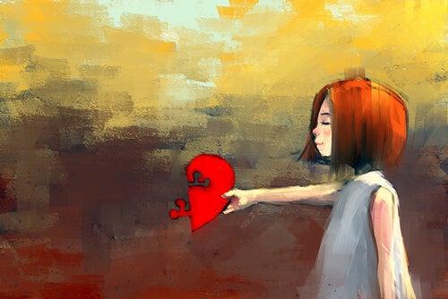 Mujer sujetando corazón partido