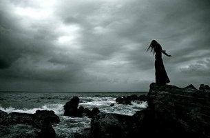 Mujer junto a un abismo víctima del apego