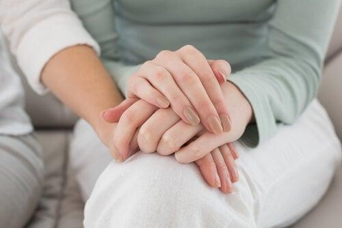 Mujeres de la mano hablando de bisexualidad