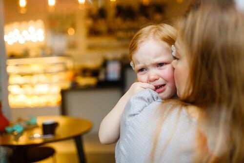 Madre consintiendo a su hija llorando