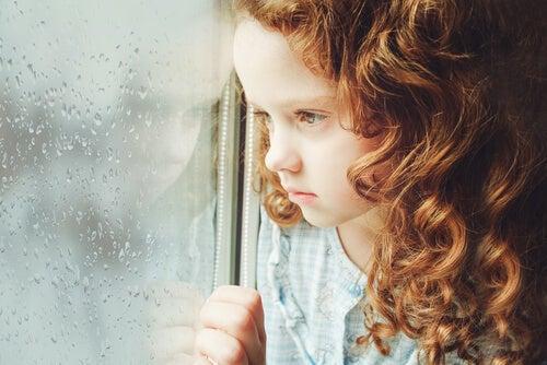 Niña triste por la separación de sus padres