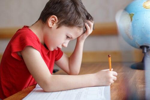 Niño agobiado por la educación tradicional