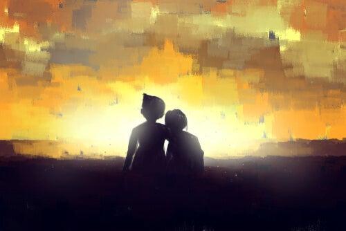 Pareja de enamorados de espaldas al atardecer