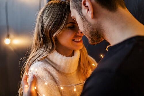 Pareja mirándose frente a frente reflejando amor
