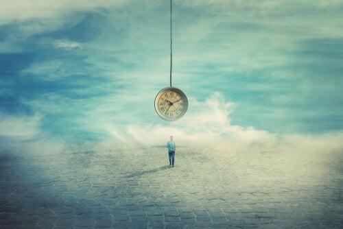 Persona mirando un reloj