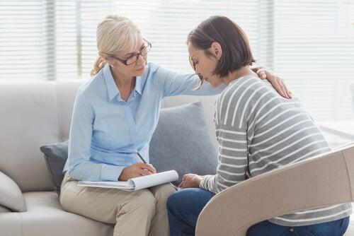 psicologa con paciente que piensa en el suicidio