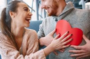 Hombre y mujer con un corazón en la mano