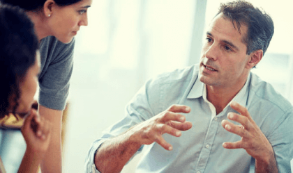 Hombre y mujeres hablando de la tendencia actualizante