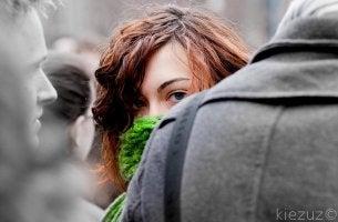 Mujer timida con un bloqueo representando la fobia social