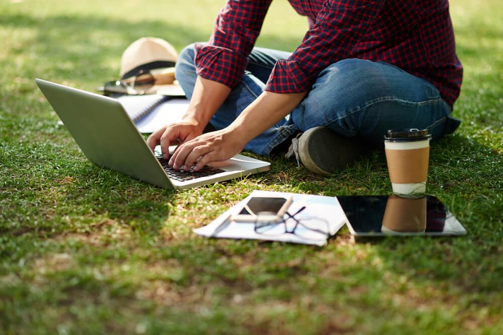 Estudiante haciendo un trabajo en el ordenador