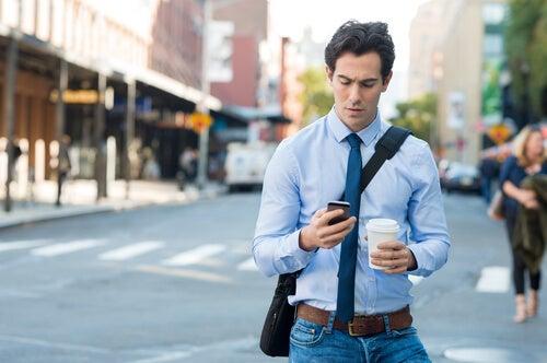 Hombre adicto al móvil sufriendo efecto de internet sobre el cerebro