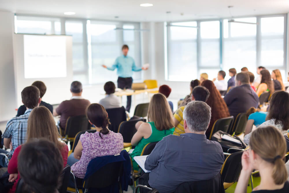 Hombre dando una conferencia sin miedo escénico