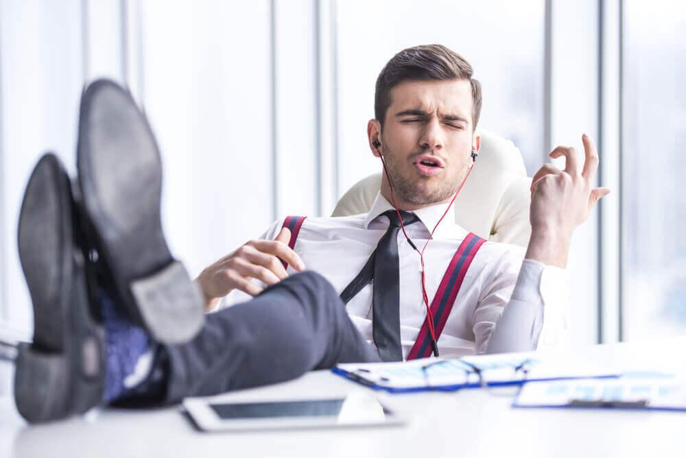 Hombre escuchando música en la oficina