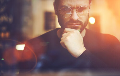 Hombre con gafas pensando estrategia mental