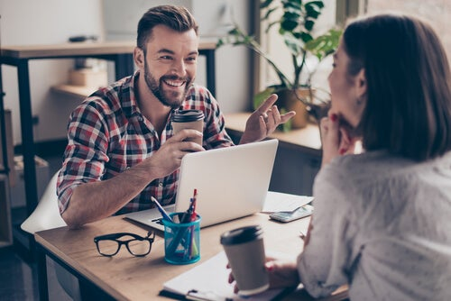 Hombre hablando con su compañera de estudio