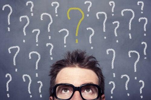 Hombre con signos de interrogación por la introspección