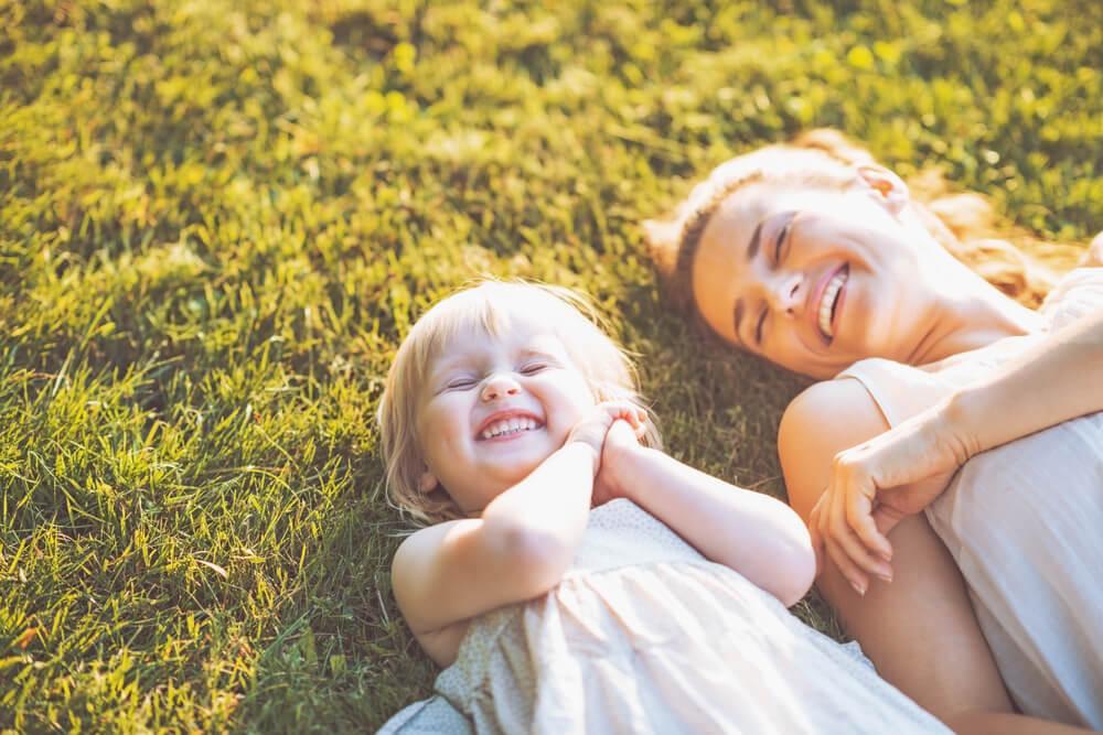Mujer con su hija con sonrisa