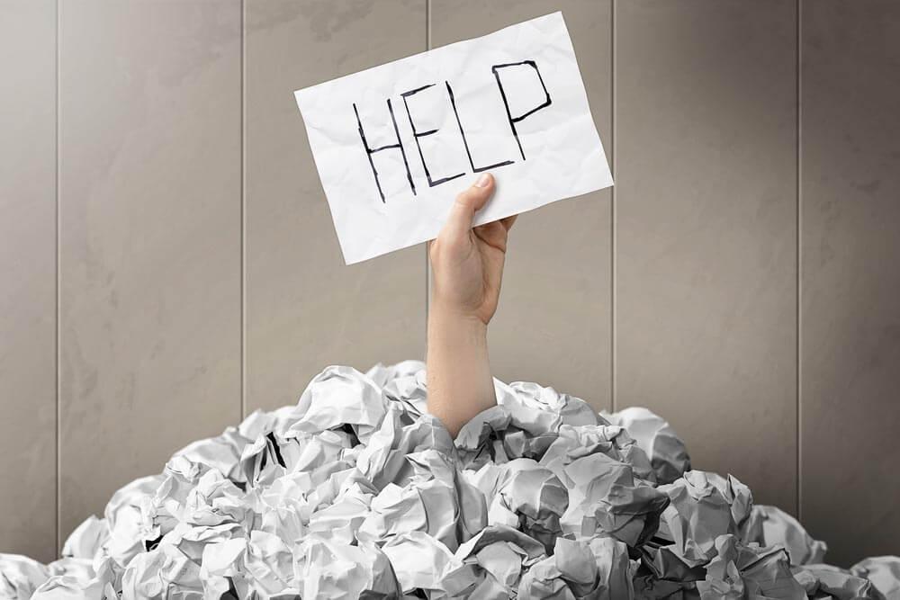 Mano con un cartel de pedir ayuda