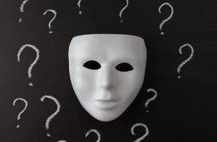 Máscara con interrogantes simbolizando quien soy