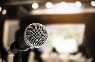 Micrófono simbolizando el miedo escénico