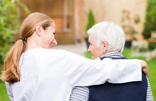 Mujer bondadosa con adulto mayor