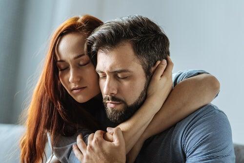 Mujer con sentimientos de apego por su pareja