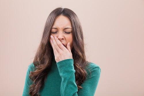 Mujer bostezando de pereza