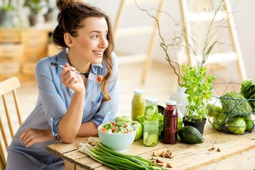 Mujer que come de manera consciente