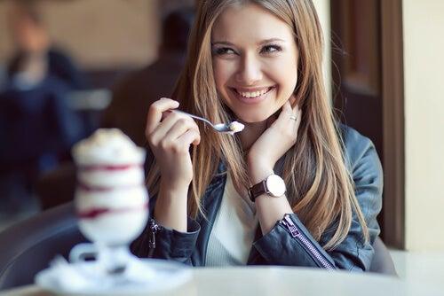 Mujer feliz comiendo de manera consciente