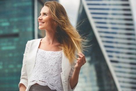 Mujer emprendedora mirando hacia arriba