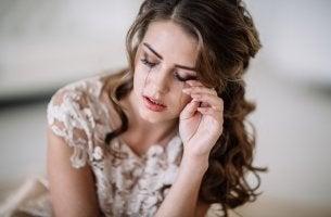 Mujer llorando por hábitos que nos hacen infelices