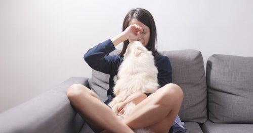 Mujer llorando junto a su perro