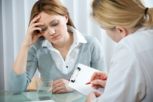Mujer preocupada en el médico