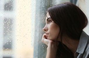 Mujer triste pensando en su deseo