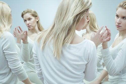 Mujer reflejada en espejos que se pregunta quien soy