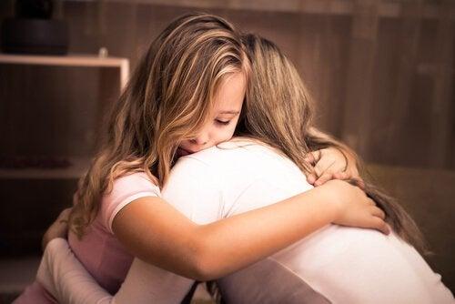 Niña abrazando a su madre mostrando verdadero amor