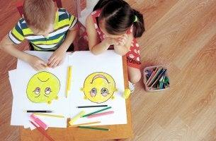 Niños aprendiendo inteligencia emocional en la escuela