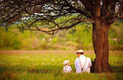 Padre hablando con su hijo enseñándole inteligencia emocional