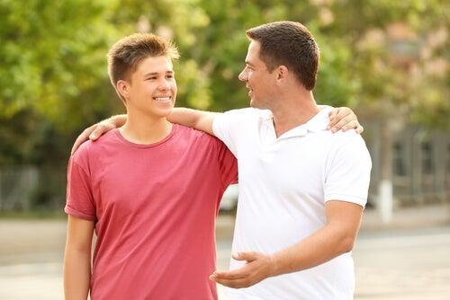 Padre hablando con su hijo del espíritu emprendedor