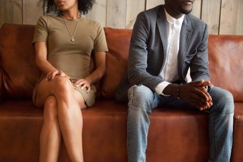Hombre y mujer en terapia de pareja