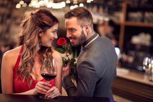 En qué se fijan los hombres, pareja coqueteando