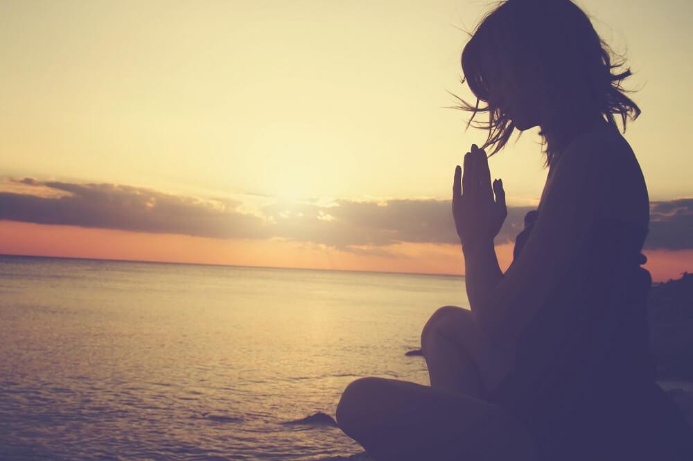 Sombra de mujer meditando