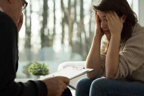 Psicólogo hablando sobre la adicción en la mujer a una chica