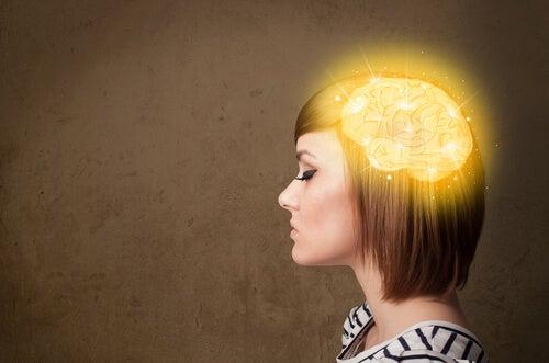 Chica con el cerebro iluminado