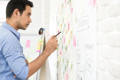 Hombre aplicando estrategias para desarrollar su creatividad