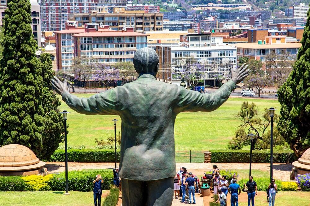 Estatua de Nelson Mandela con los brazos abiertos